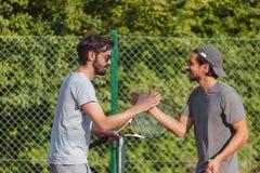Junge Männer, die Tennis spielen stockbilder