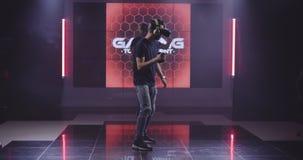 Junge Männer, die VR-Spiel spielen stock footage