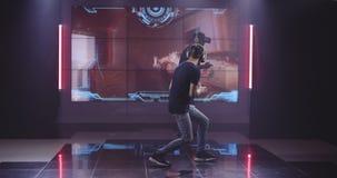 Junge Männer, die VR-Spiel spielen stock video