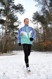 Junge Männer, die in Winter laufen lizenzfreies stockbild