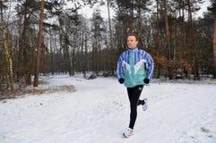 Junge Männer, die in Winter laufen stockfotografie