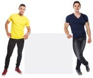 Junge Männer lächelndes copyspace vermarktendes leeres leeres Zeichen der Anzeigen-Anzeige lokalisiert auf Weiß stockfoto