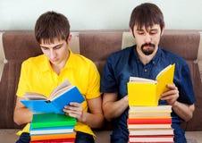 Junge Männer lasen Bücher stockbilder