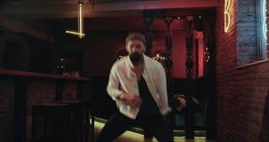 Junge Männer mit einem bärtigen Tanzen, das im Verein mit coloro Energie ist, beleuchtet stock footage