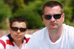 Junge Männer mit Sonnenbrillen lizenzfreie stockfotos