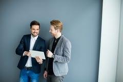 Junge Männer mit Tablette Lizenzfreies Stockfoto