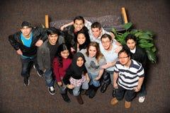Junge Männer und Frauen der verschiedenen ethnischen Gruppen Lizenzfreies Stockbild