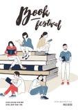 Junge Männer und Frauen kleideten in der stilvollen Kleidung an, die auf Stapel riesigen Büchern oder neben ihm und dem Ablesen s stock abbildung