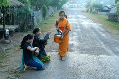 Junge Mönche, die Almosen montieren lizenzfreies stockbild