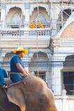 Junge Mönche, die Elefant-Parade überwachen lizenzfreie stockfotografie