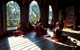 Junge Mönche, die im Kloster Myanmar lernen Stockfotos