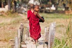 Junge Mönche, die zum Kloster gehen Stockbilder