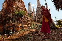 Junge Mönche, die zum Kloster Myanmar, Inthein, Inle See gehen Stockfoto