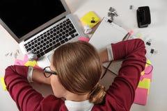 Junge müde Frau schläft in einem Büro stockfotos