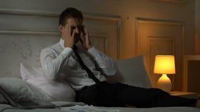 Junge müde Geschäftsmannleidenmigräne, Berufsburnout, Workaholic stock video footage