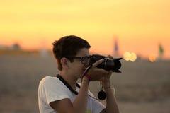 Junge macht ein Foto mit der Kamera Stockfoto