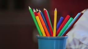 Junge malt mit farbigen Bleistiften stock footage