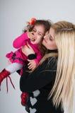 Junge Mama und die kleine Tochter. lizenzfreies stockfoto