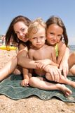 Junge Mamma mit Kindern am Strandurlaubsort Stockbild