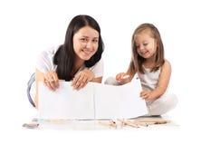 Junge Mamma und ihre kleine Tochter zeichnen Bleistifte Lizenzfreie Stockbilder