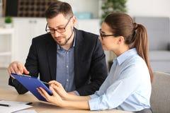 Junge Manager, die Fragen besprechen stockbild