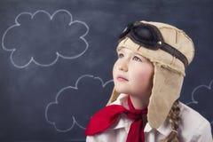 Junge Mädchen mit Fliegerschutzbrillen und -hut Stockbilder