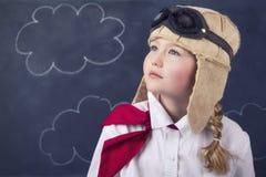 Junge Mädchen mit Fliegerschutzbrillen und -hut Stockfoto