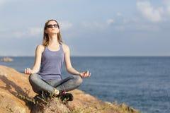 Junge meditierende Frau Lizenzfreie Stockbilder