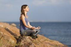 Junge meditierende Frau Stockfoto