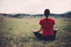 Junge meditierende Frau Stockfotografie