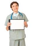 Junge medizinische Arbeitskraft mit Klemmbrett Lizenzfreie Stockfotografie