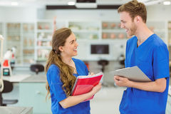Junge Medizinstudenten, die an einander lächeln Lizenzfreie Stockfotos