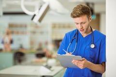Junge Medizinstudentschreibensanmerkungen Stockbild