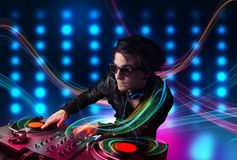 Junge mischende Aufzeichnungen DJ mit bunten Lichtern Lizenzfreie Stockfotos