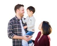 Junge Mischrasse kaukasisch und chinesische Familie lokalisiert in einem Whit lizenzfreie stockfotos