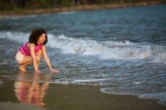 Junge Mischrassefrau auf dem Seestrand relax lizenzfreies stockbild