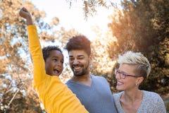 Junge Mischrassepaare, die Zeit mit ihrer Tochter verbringen Lizenzfreies Stockfoto