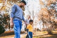 Junge Mischrassepaare, die Zeit mit ihrer Tochter verbringen Stockbilder