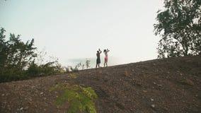 Junge Mischrassepaare, welche die Übung im Freien tun Sexy Brunettefrau, die mit persönlichem Eignungstrainerschwarzem ausdehnt stock video footage