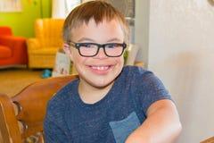Junge mit Abstieg-Syndrom Lizenzfreie Stockbilder