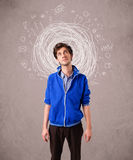 Junge mit abstrakten Kreisgekritzellinien und -ikonen Stockfotos