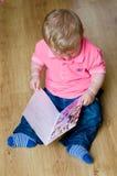 Junge mit alles Gute zum Geburtstagkarte lizenzfreies stockbild