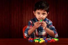 Junge mit Alphabeten Lizenzfreie Stockfotografie