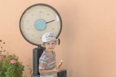 Junge mit alten Skalen lizenzfreie stockfotos