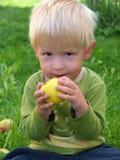 Junge mit Apfel Lizenzfreie Stockbilder
