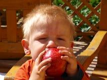 Junge mit Apfel Lizenzfreie Stockfotos