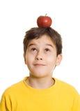 Junge mit Apfel auf seinem Kopf Stockbild