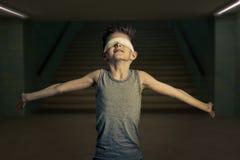 Junge mit Augen umfasste seine Arme weit öffnen Stockfotos