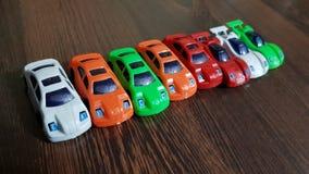 Junge mit Autospielzeug im Bett Lizenzfreie Stockfotos