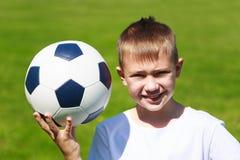 Junge mit Ball Stockfoto